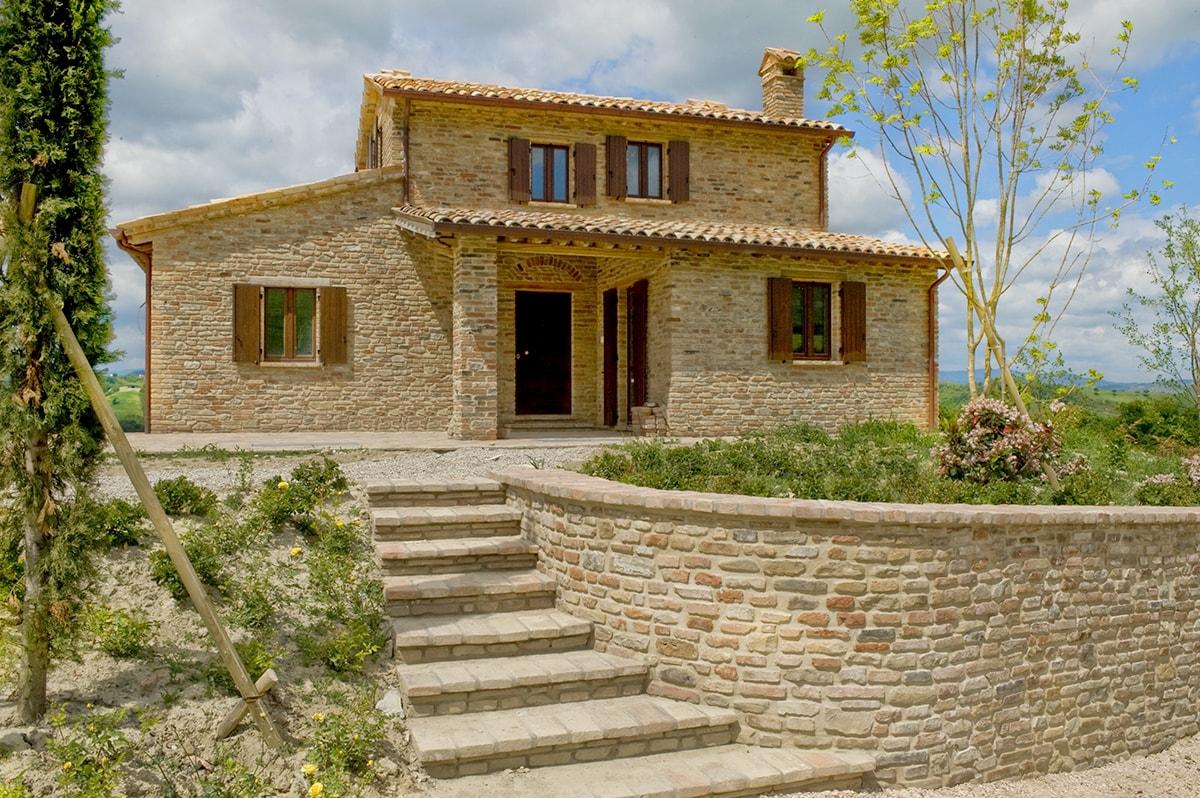 Portone in legno villa in collina domosystem for Villa legno